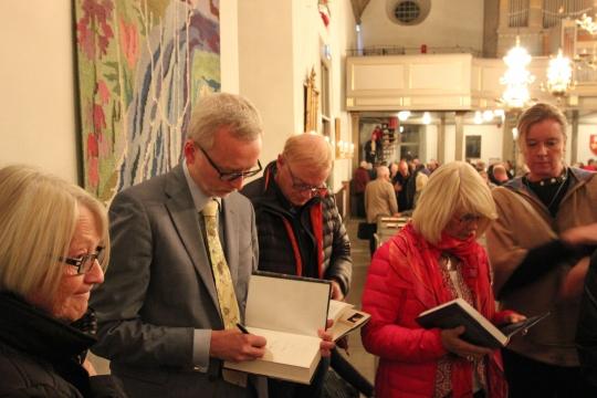 Efter föredraget ville många träffa Dick Harrison och köpa hans böcker.