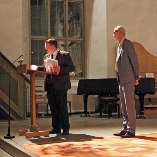 Marcus Bernhardsson från Mjällby lekmannakår introducerade Dick Harrison i Mjällby kyrka.