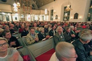Fullsatt i Mjällby kyrka när Dick Harrison bland annat berättade om Listers historia och om korståg.