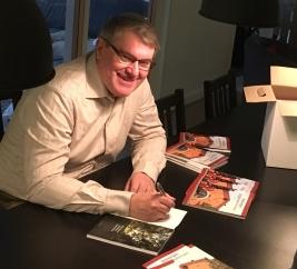 Ingemar Lönnbom signerar. Foto Ola Hallqvist.